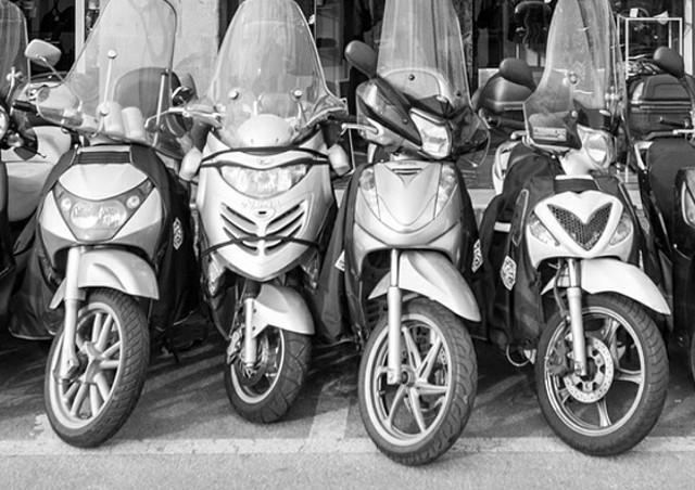 バイク預かりは小型から大型まで利用可能。「バイク預かり」は屋根付きのバイク保管専用スペースを持つ【Bcarry】へ
